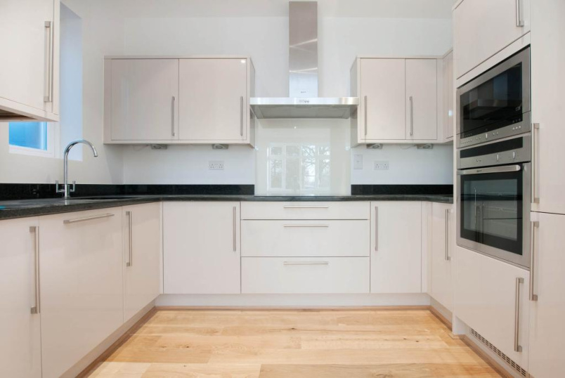 Flat/apartment to rent in Palmers Green - Turret Court, 112 Aldermans Hill, London, N13