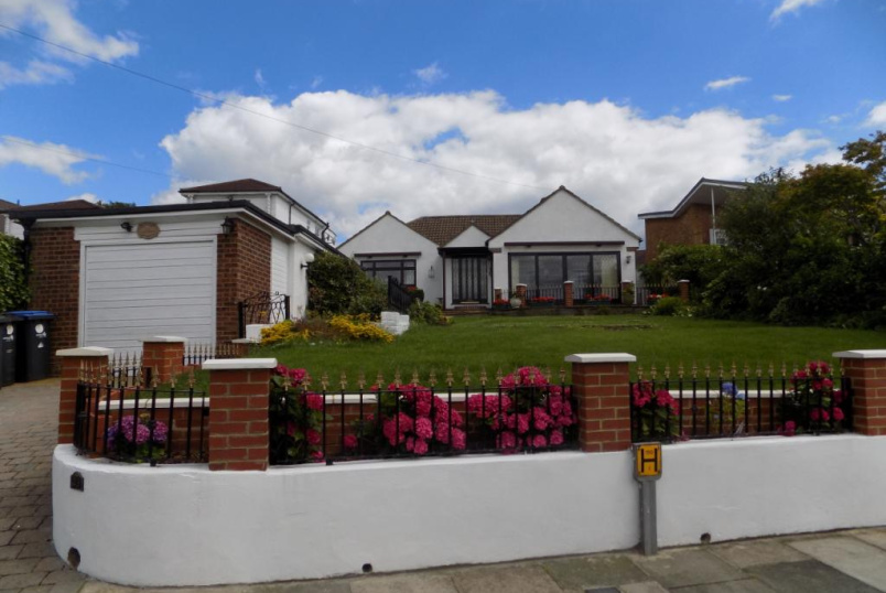 Bungalow to rent in Palmers Green - Chase Ridings, Enfield, EN2