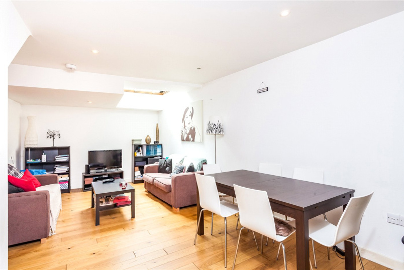 Flat/apartment to let - St. Peters House, Oakley Crescent, London, EC1V