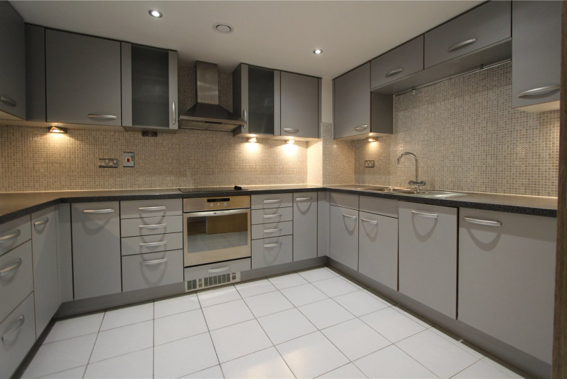 Flat/apartment to rent in Ealing & Acton - Mercury House, Heathcroft, W5