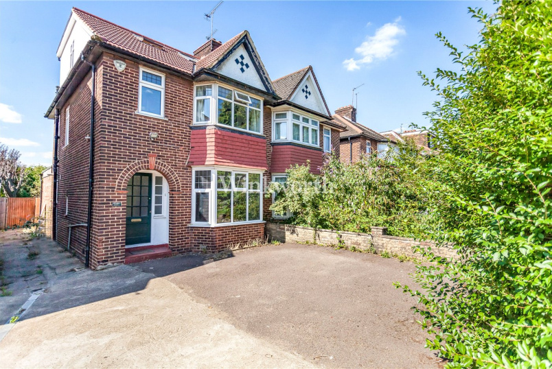 House for sale in Golders Green - The Vale, London, NW11