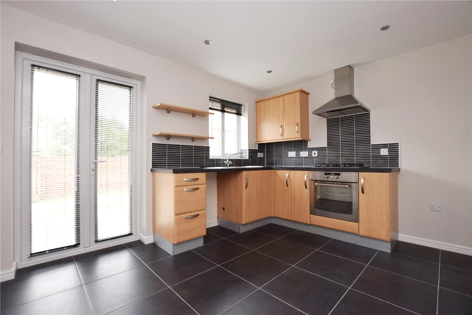 property for sale in Leeds, fitted L kitchen built in cooker