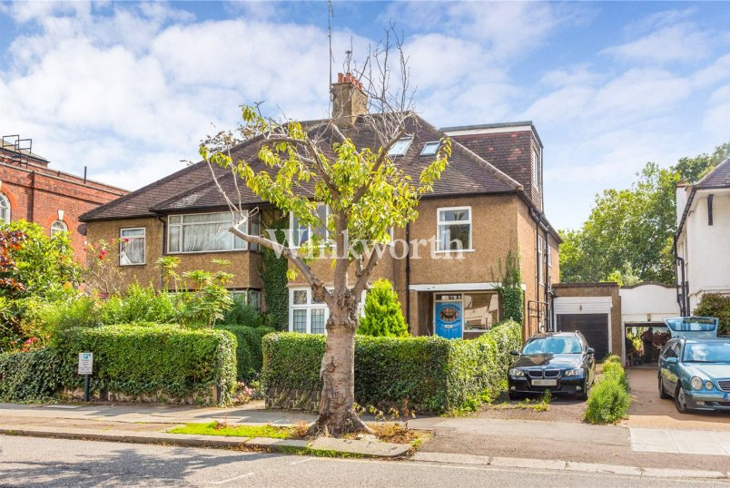 House for sale in Golders Green - Dunstan Road, London, NW11