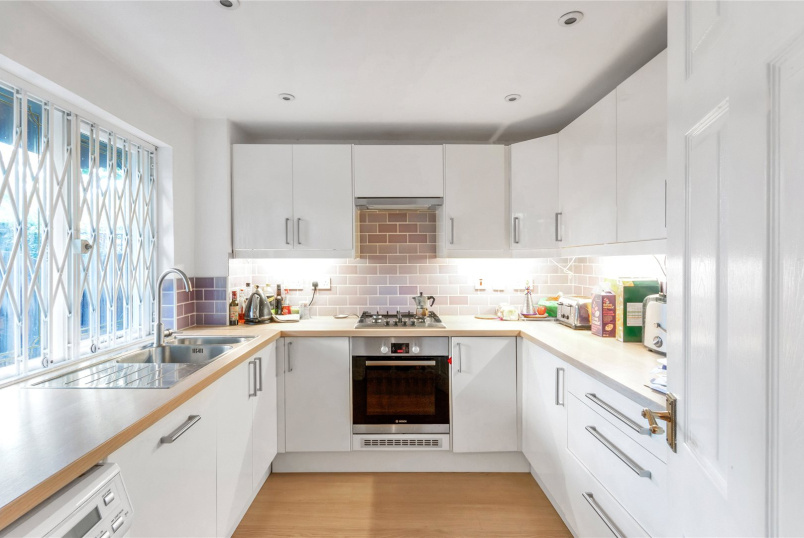 Maisonette to rent in North Kensington - Orchard Close, London, W10