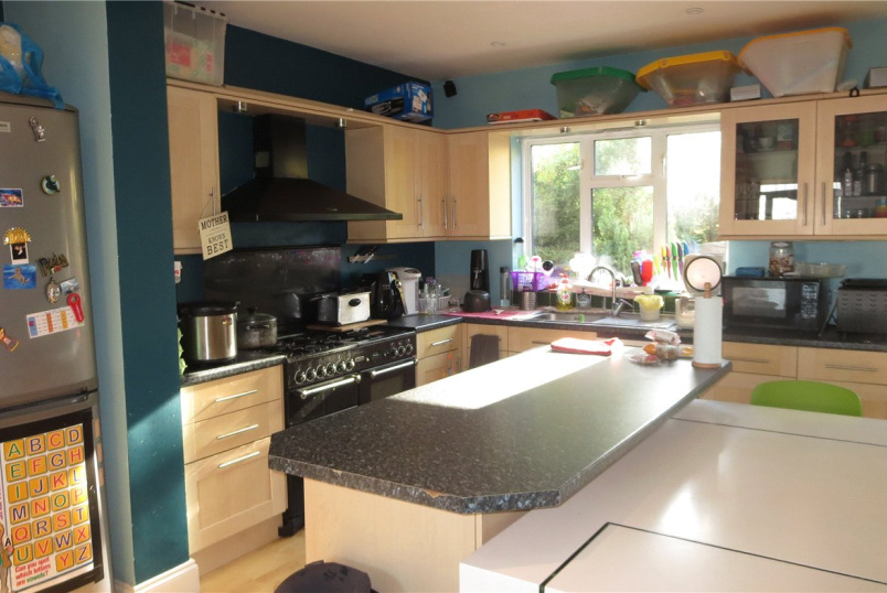 House for sale in Kingsbury - Wakemans Hill Avenue, London, NW9