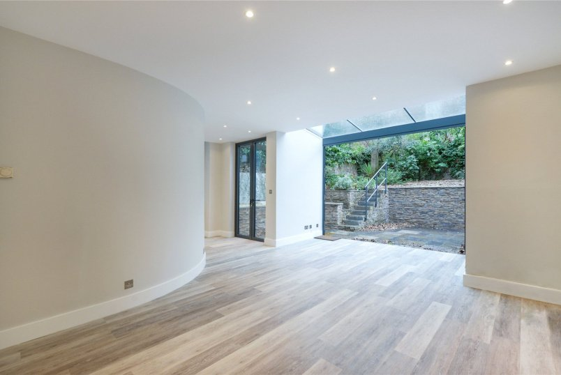 Flat/apartment to rent in North Kensington - Bassett Road, London, W10