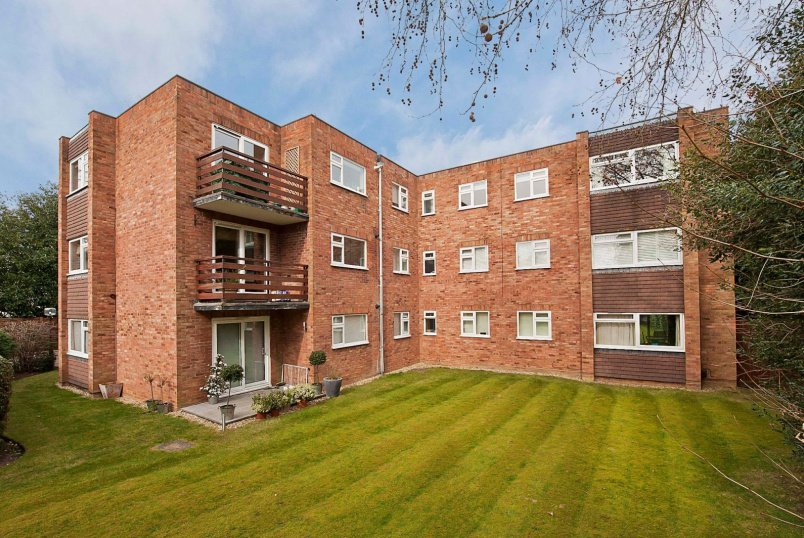 Flat to rent in  - Abbotswood, Oatlands Chase, Weybridge, KT13