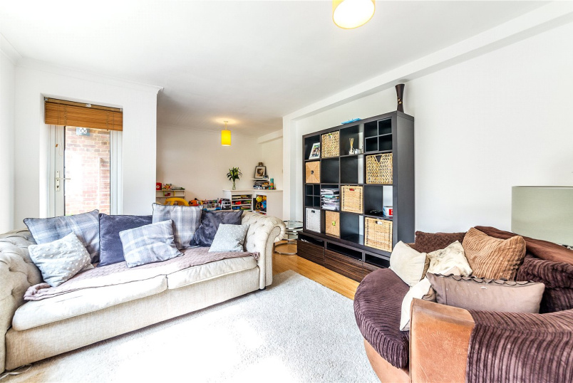 Flat/apartment to rent in Chiswick - Edensor Gardens, Chiswick, W4