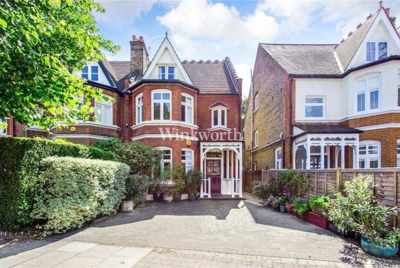 House for sale in Palmers Green - The Mall, London, N14